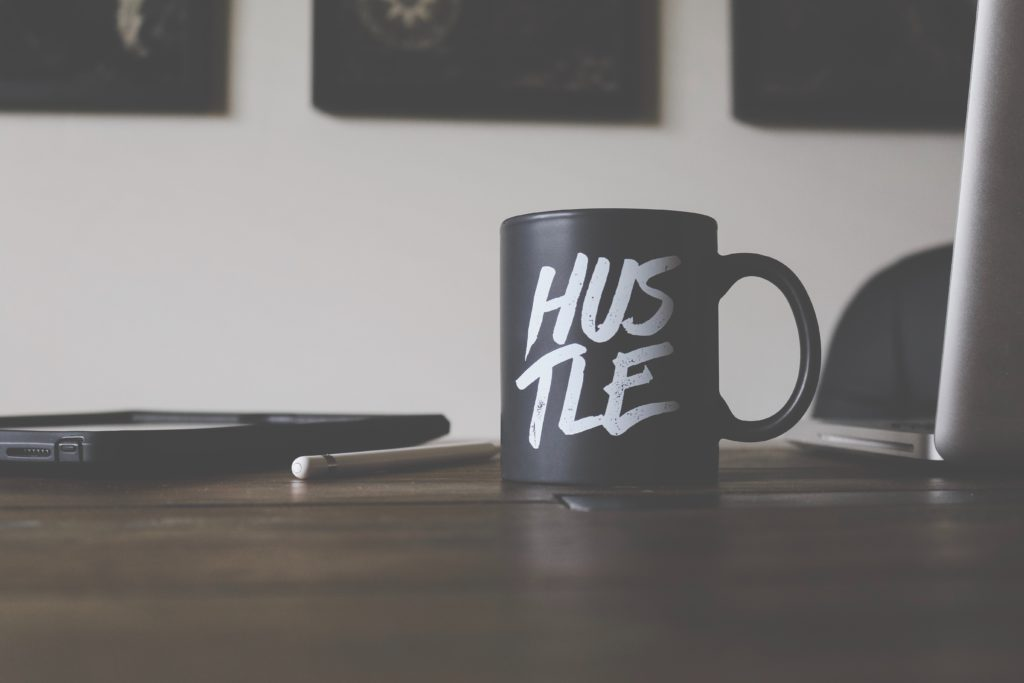 tasse avec l'inscription Hustle